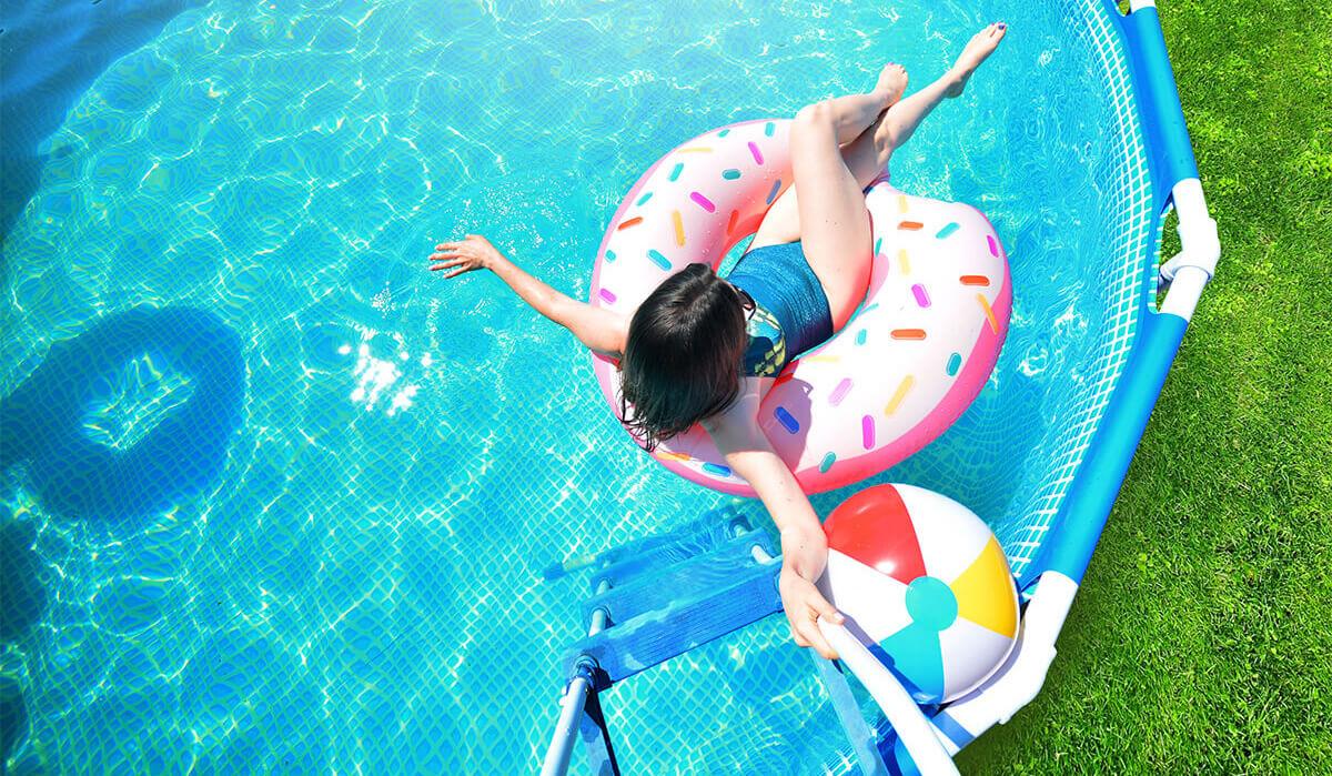 femme assit dans une  bouée dans une piscine gonflable