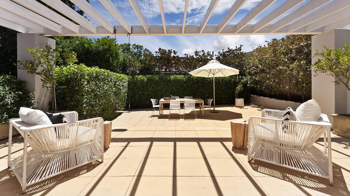 belle terrasse avec table de jardin