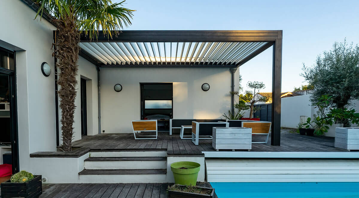 belle terrasse aménagée avec piscine