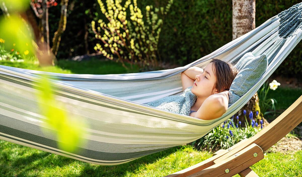 femme faisant une sieste dans un hamac