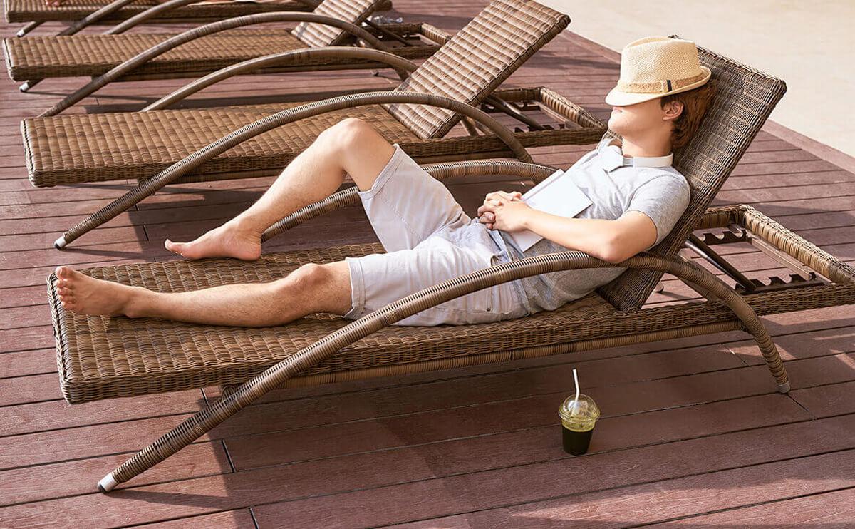 un homme faisant une sieste sur un bain de soleil