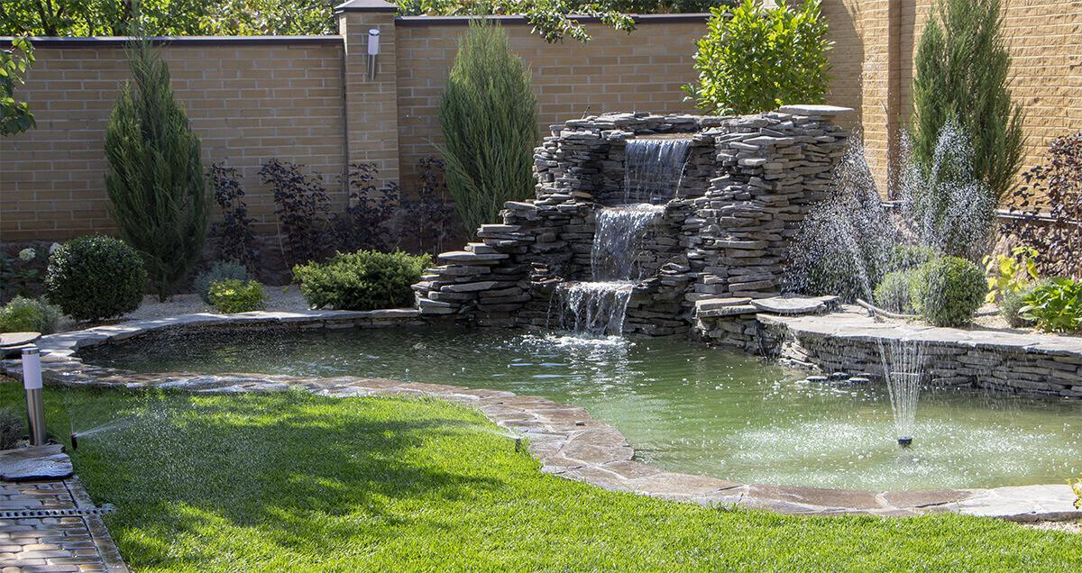 Fontaine extérieur donnant sur un bassin