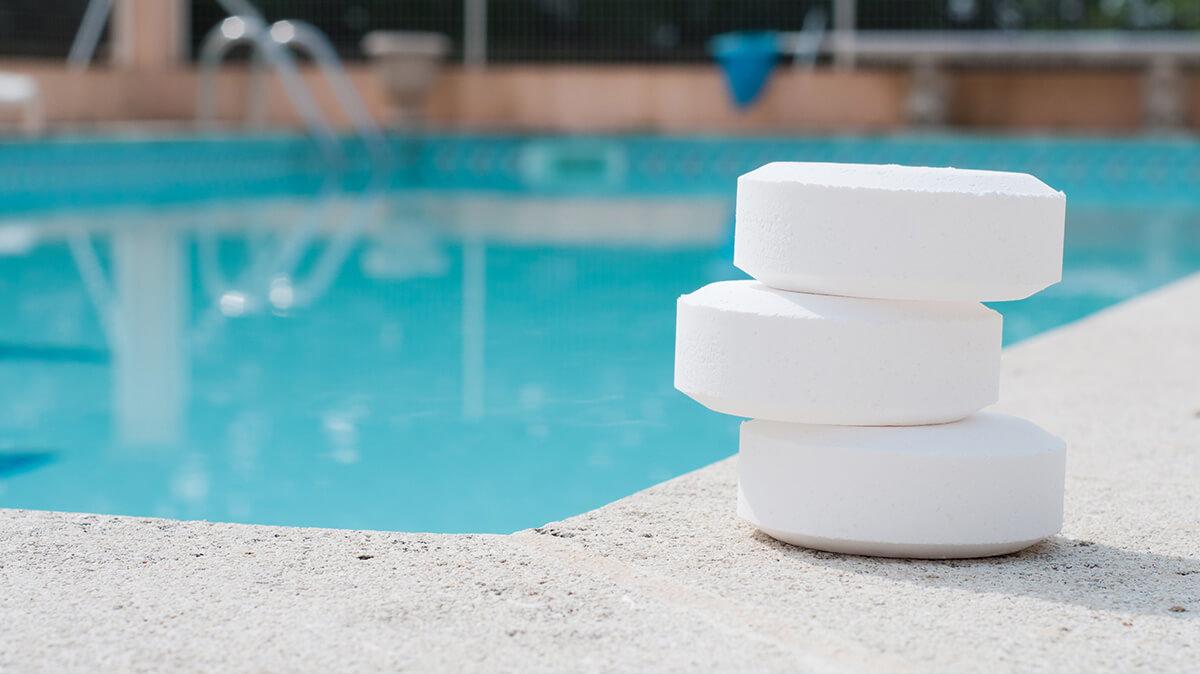 palet de chlore au bord d'une piscine