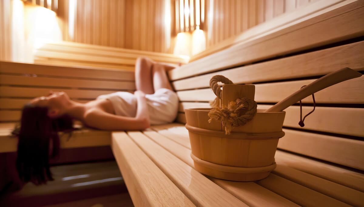 Femme allongé dans un sauna