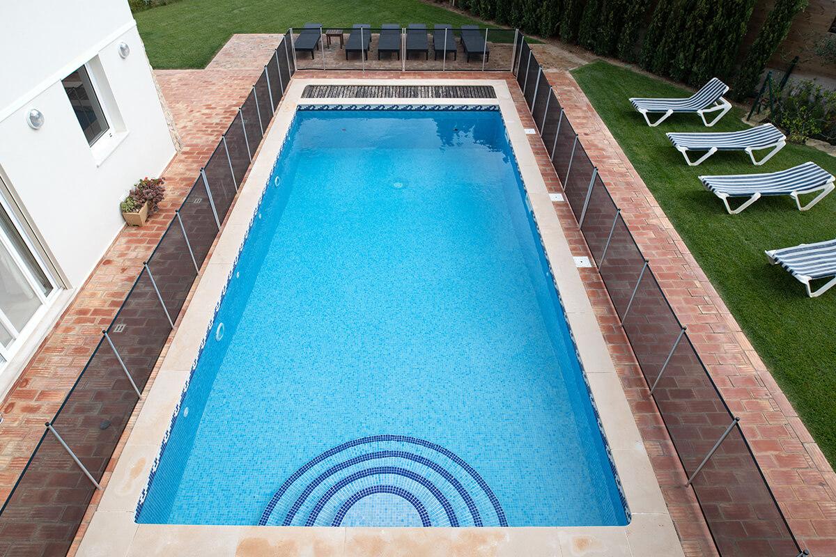 piscine sécurisée par des barrières