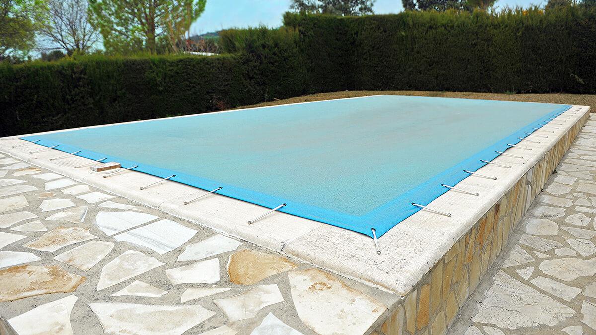 couverture d'hivernage posée sur une piscine