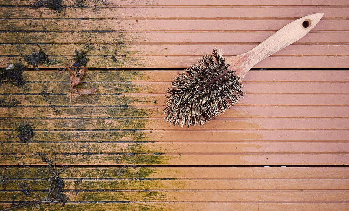 brosse nettoyant une terrasse en bois