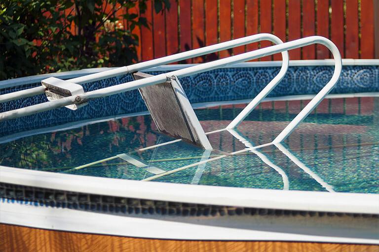 Echelle renversé dans une piscine hors-sol