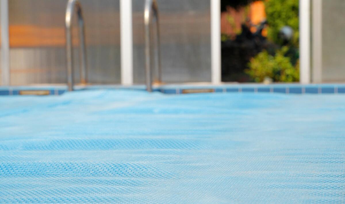 bâche recouvrant une piscine