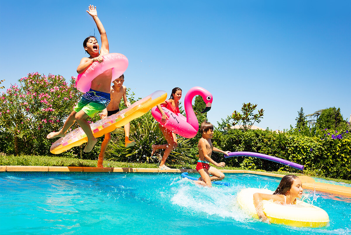 Enfants s'amusant dans une piscine