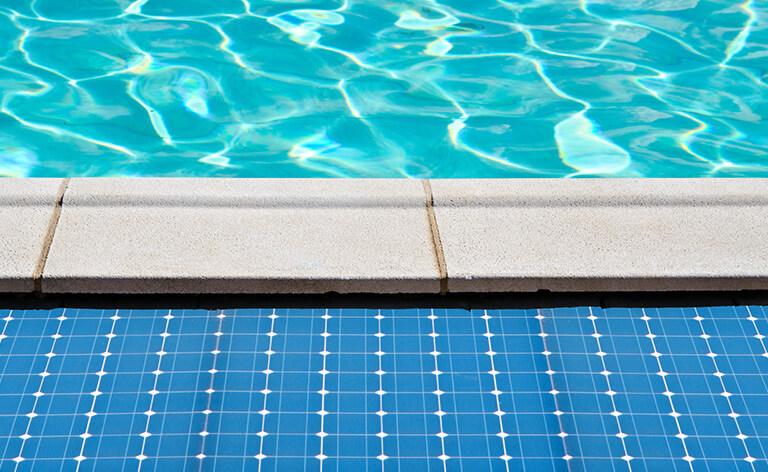 Capteurs solaires captant l'énergie solaire au bord d'une piscine