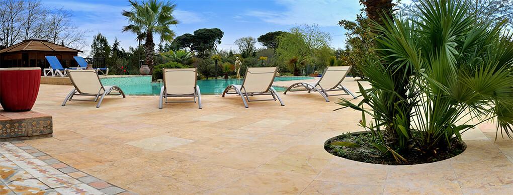 dalles en pierre plage de la piscine