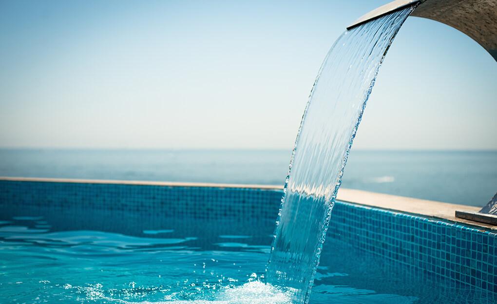 Cascade d'eau dans la piscine