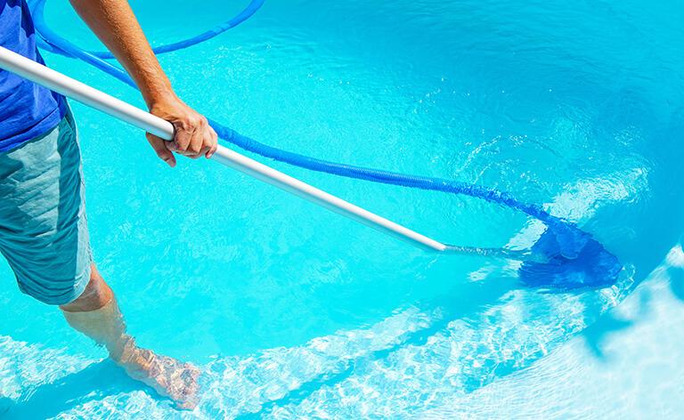 nettoyage de la piscine avec brosse